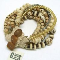 Armband aus Horn- und Glasperlen
