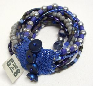Blaues Glasperlenarmband mit Lapislazuli